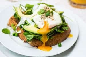 Pochierte Eier auf Avocado-Brot