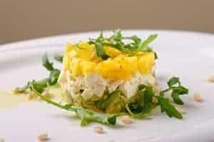 Avocado - Mango - Mozzarella Türmchen auf Salat