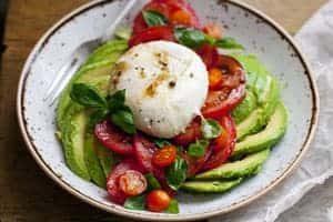 Avocado Tomatensalat mit Büffelmozzarella