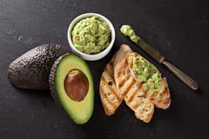 Guacamole mit geröstetem Brot